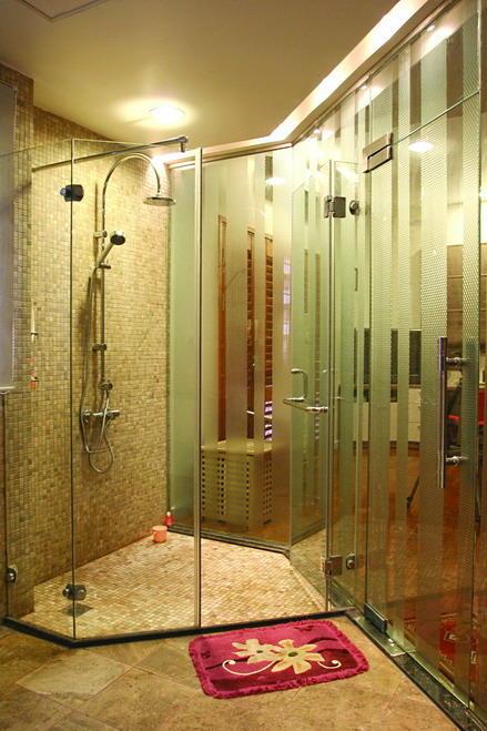Cabin tắm kính màu vàng sang trọng
